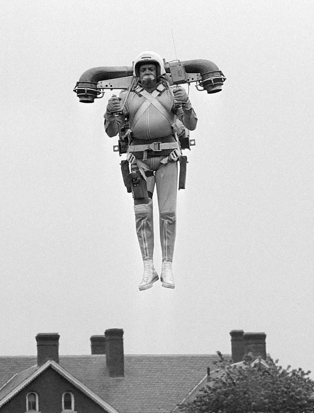 Sırt Roketi  10 Haziran 1969 günü Ft. Myer, Virginia'da yaşayan Robert Courter, kendi icadı olan sırt roketi ile havada süzülürken.
