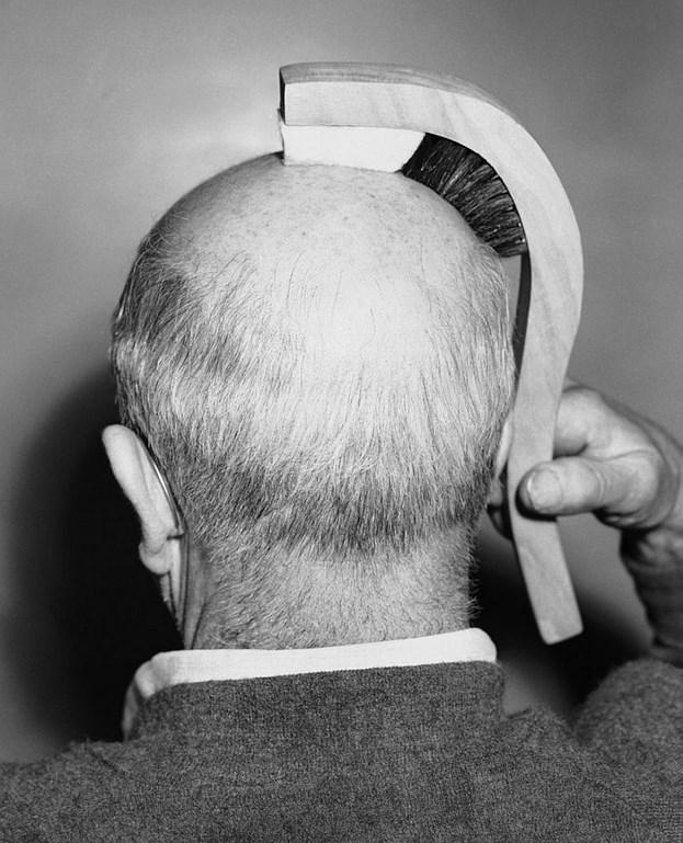 Kel Parlatıcı  Los Angeles'lı bir mühendis olan Ted Spence, 1950 yılında tanıttığı bu tasarımına, kafa derisini fırçalamak için bir fırça ve aynı anda hafifçe masaj yapması için bir sünger yerleştirmiş.