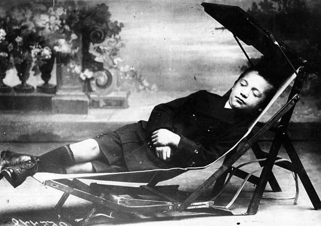 Sıra-Yatak  1913 yılında çekilen fotoğrafta bir çocuk, açılarak şezlonga dönüşebilen okul sırasında uyumakta.