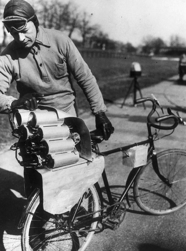 Roket Güdümlü Bisiklet  1931 tarihli bu fotoğraf, bisikletinin arkasına 12 roket yerleştiren Alman mühendisin tasarımını belgeliyor. Belgelemesi de iyi olmuş çünkü bu fotoğrafın çekilmesinden dakikalar sonra bisiklet patlamış.