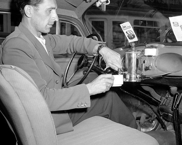 Ön Panel Kahvecisi  1950 yılına ait bu fotoğrafta, bir sürücü arabasına taktırdığı kahve makinesini gösteriyor. Ürünün tasarımcısına göre, 3 fincan kahveye yetecek kadar su kapasitesi olan bu tasarım, aynı zamanda çorba yapmak, yumurta kaynatmak, tıraş olacak su ısıtmak için kullanılabilir.