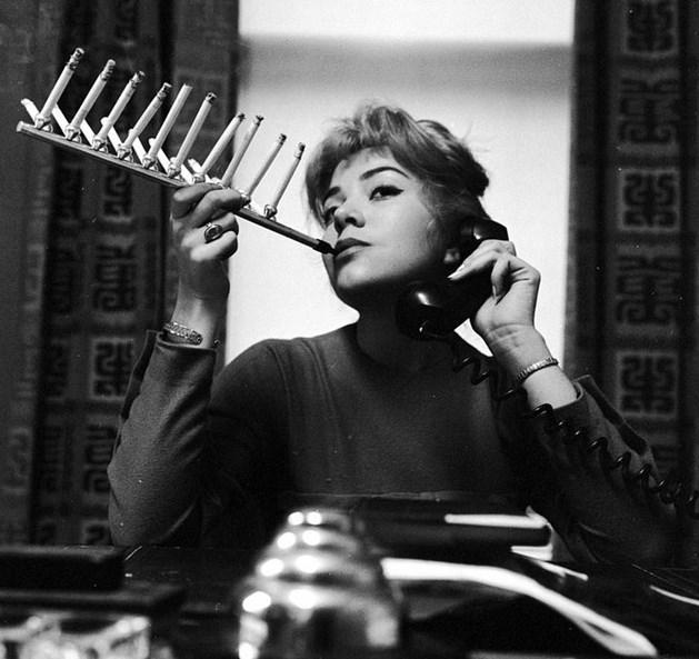 Tiryakilere Özel Sigaralık  Bir paket sigarayı bu özel tasarım sayesinde aynı anda içen manken Frances Richards.