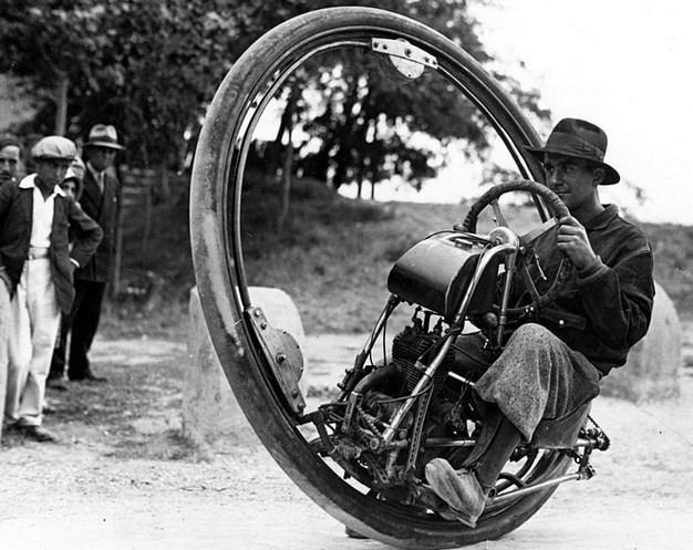 """Tekersiklet  İsviçreli mühendis M. Gerder, """"Motorwheel"""" adını verdiği icadıyla birlikte."""