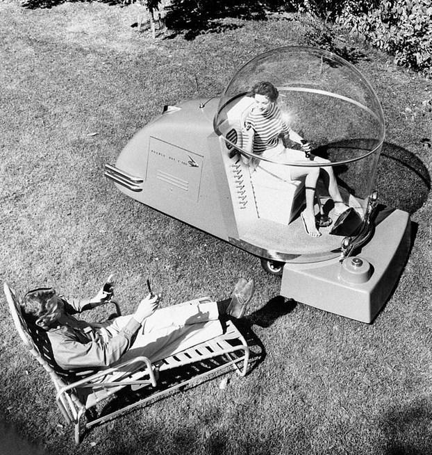 Konforlu Çim Biçme Makinesi  1957 yılında tanıtılan bu tasarım, çim biçme özelliğinin yanı sıra, kendi elektriğini üretme, telsiz, klima, hatta sıcak günlerde soğuk bir içecek sunma özelliğine sahip.