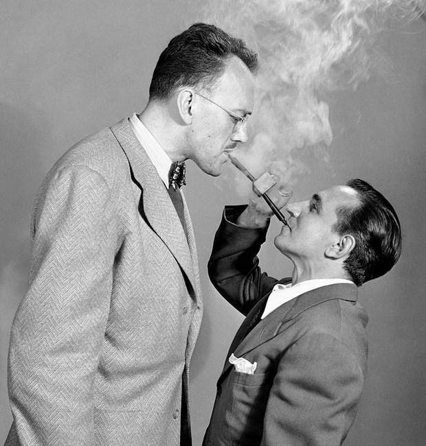 """İki Kişilik Pipo  2 Haziran 1949 günü New York'ta iki adam """"Double Ender"""" isimli pipoyu tanıtırken."""