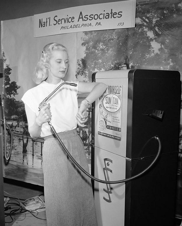 Bronzlaştırıcı Losyon Dağıtıcısı  Manken Betty Dutter, 1949 yılında, bozuk parayla çalışan makineyi tanıtırken.