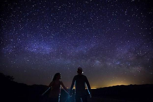 Gökyüzündeki yıldızlara bakıp hayal kurmak.  Küçücük dünyamızı büyük hayallerle süslerdik, parlak yıldızlara bakarak. Şimdi hayaller bile o kadar tatlı değil artık.