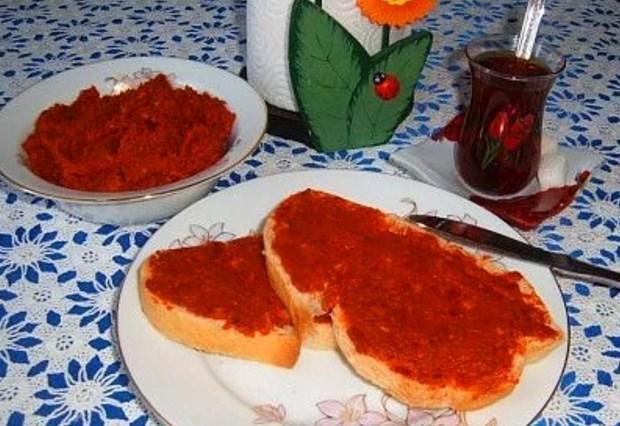 Salçalı ekmek  Çocukluğunda hiç salçalı ekmek yemeyenler bilemez o zamanki tadını tabii. 😒