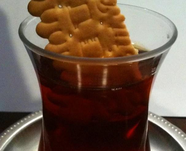 """Çaya batırılan bisküvi.  """"Aşk acısı da neymiş, sizin çaya batırdığınız bisküvi hiç eriyip çaya düştü mü?""""😥"""