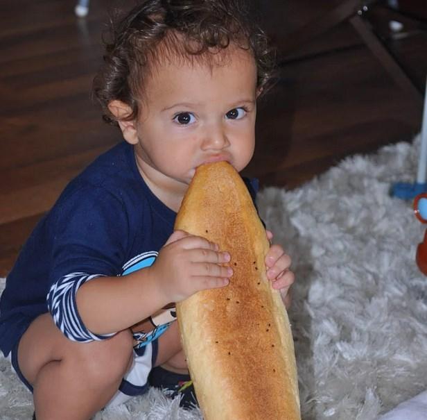 Ekmeğin köşesi.  Bakkaldan dönerken yemenin tadı bir başka.