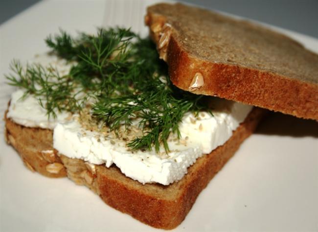 Ayna karşısında olmak istediğiniz kiloda, sevdiğiniz kıyafetlerin içinde mükemmel görünüşünüzü hayal edin. İşte bu hayalin gerçek olması için pazartesi başlayacağınız ve hedefinize ulaşıncaya kadar devam edeceğiniz diyet sırasında tüketmeniz ve kesinlikle uzak durmanız gereken besinleri sizler için derledik.  Beyaz Peynir ve Esmer Ekmek  Diyet yaparken kahvaltınızda beyaz peyniri kesinlikle unutmamalısınız. Diyete başlayanların öncelikle yemeyi bıraktıkları, ekmek olur. Ekmeğin ne suçu var? Ekmek de tüketmelisiniz ancak kesinlikle beyaz ekmekten uzak durmalısınız. Bunun yerine esmer ekmeği tercih edebilirsiniz.