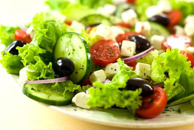 Salata  Kahvaltıda yeşilliği eksik etmeyin dediğimiz gibi, akşam yemeklerinizde de salatadan vazgeçmeyin diyoruz. Az yağlı ve mümkünse zeytinyağı kullandığınız salatalarınız sofranızı süslesin.