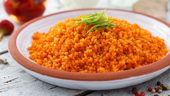 Bulgur Pilavı  Diyet yaparken pirinç pilavı yerine bulgur pilavı yemelisiniz. Akşam yemeklerinizde etsiz ve az pişmiş sebze yemeklerinize bulgur pilavı eşlik edebilir.