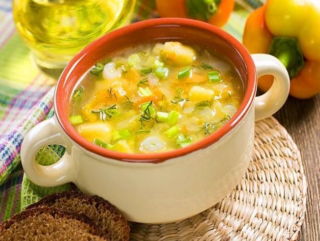 Çorba  Akşam yemeklerinizde tüketebileceğiniz besinlerden biri olan çorbada dikkat etmeniz gereken nokta, yiyeceğiniz çorba çeşidi. Çünkü çorba deyip geçmemek gerekir. Severek tükettiğimiz mercimek çorbası en fazla kaloriye sahip çorbadır. Bu yüzden daha çok sebze çorbalarını tercih etmelisiniz.