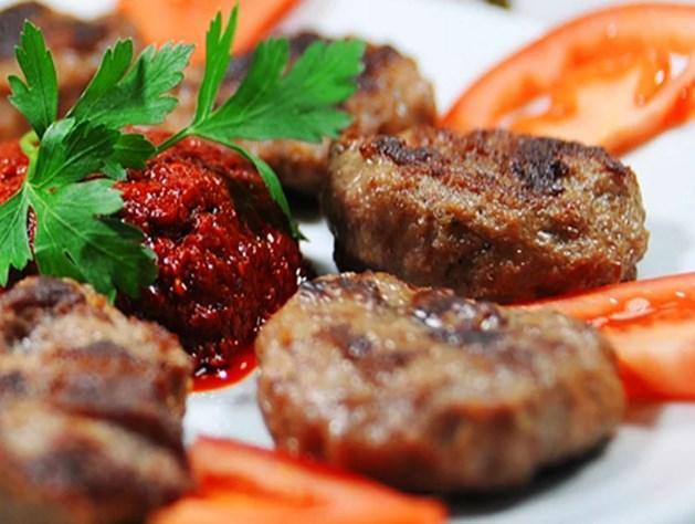 Köfte  Akşam yemeklerinizi süsleyebileceğiniz bir diğer tavsiyemiz ise, köfte. Tabi ki yağsız kıymadan yapılan ve az yağda pişirilen köfte :)