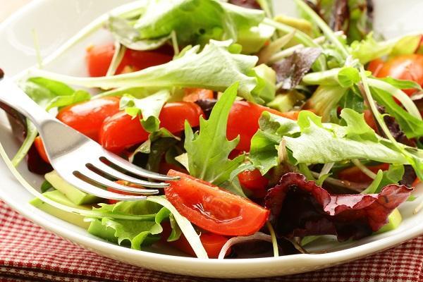 Domates - Salatalık - Yeşillikler  Şunların renklerine bakın hele. Sofranızın renklenmesine de katkı sağlayan bu değerli besinleri kahvaltınızda mutlaka tüketmelisiniz. Güzel bir diyet programında kahvaltının vazgeçilmezleri arasındadır domates, salatalık ve bilumum yeşillikler :)