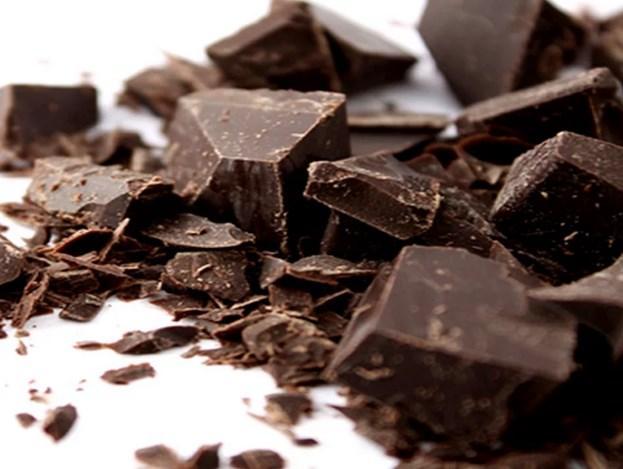 Bitter Çikolata  Ara öğünlerinizin en tatlı yanlarından biri; bitter çikolata. Açlığınızı bastırmada da büyük ölçüde katkısı olan bitter çikolatayı, diyetiniz sırasında gönül rahatlığıyla yiyebilirsiniz.