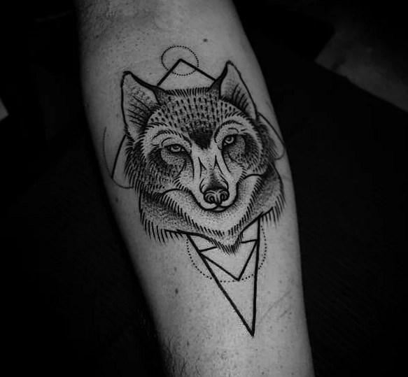 Kurt Dövmeleri  Özellikle bakışları ile bizi bizlerden alan kurtlar hemen hemen köpek dostlarımıza benzemektedirler. Hatta onları da evcilleştirmeye başladık ki artık onlarda dövme konusunda öğretme yeteneği, sadakati ve işbirliğini simgelemektedirler.