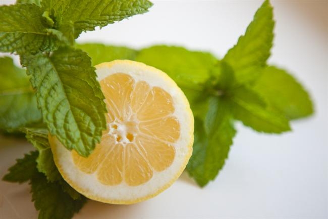 Limon ve nanenin doğallığından yararlanın.  Yarım limonun suyu ve 3 yaprak naneyi bir bardak su içerisine koyun ve bir süre bekletin. Ardından bir bezi bu suda ıslatıp alnınıza koyun ve bezi her 15 dakikada bir ıslatın.