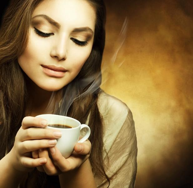 Fazla kahve baş ağrısı yapabilir ama kararında tüketirseniz sizi baş ağrısından kurtarabilir de!  Kahve normal miktarlarda tüketildiğinde ağrının beyne ulaşmasını engelliyor, aynı zamanda içine sıkılan yarım limon da kafeinin hızlı etki etmesini sağlamakta.