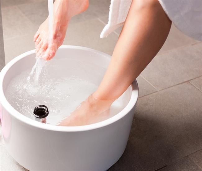 Sıcak suyun yararını küçümsemeyin.  Ayaklarınızı sıcak su içerisine koyup, ensenize buz dolu bir poşet koyabilirsiniz. Bu sayede sıcak ve soğuk farkı vücudunuzdaki kan akışını değiştirerek, kan damarlarınızın rahatlamasını sağlayıp baş ağrınızı azaltacaktır.