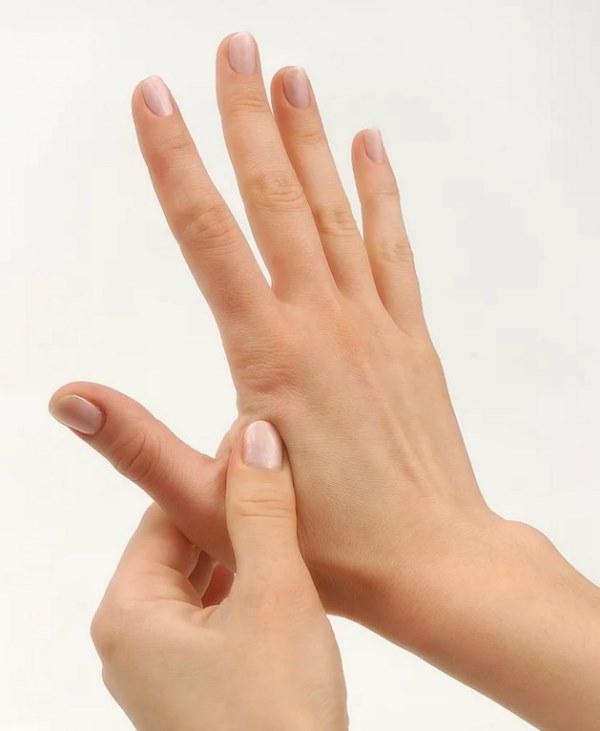 Ağrı eşiğinizi başka bir yere yönlendirin.  Tıpkı buz gibi, baş parmağınız ve işaret parmağınız arasındaki dokuyu sıkmanız acı eşiğinizi yönlendirecektir. Acı eşiğinizin yönlenmesi baş ağrınızı hafifletecektir.