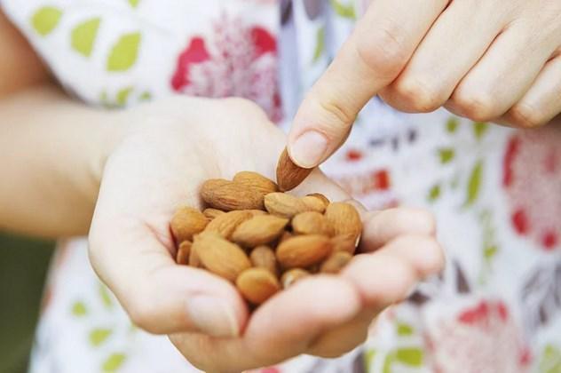 Yemişlere önem verin.  Çiğ badem içerisindeki salisilin enzimi ile baş ağrınızı azaltacak en güzel yemiş olabilir. 20 tane yemeniz yeterli olacaktır.