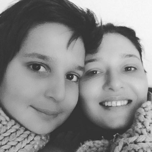Nurgül Yeşilçay  Battaniye altında sarmaş dolaş dizi izleme keyfi🎉#Paramparça #iyiakşamlar #family #familytime @paramparcadizi @startv @endemolturkey