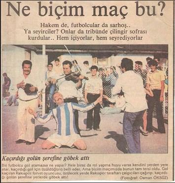 """İzmir'de rakı fabrikası ile şarap fabrikası işçileri, """"Rakıspor - Şarapspor"""" maçı sırasında seyircilerle birlikte içeli 55 yıl oldu."""