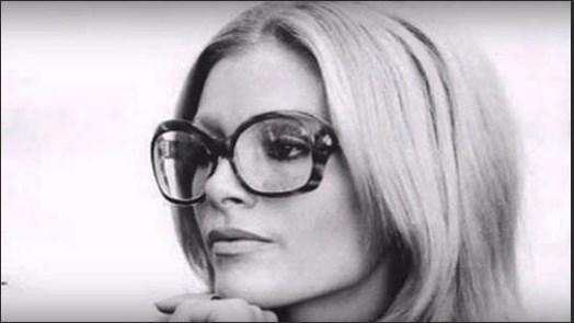 """Burnuna estetik yaptıran Ajda Pekkan, operasyonu """"aşırı gözlük kullanımına bağlı burunda çökme"""" olarak açıklarken gözlük takalı 26 yıl oldu."""