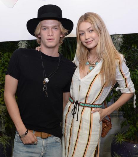 """Gigi Hadid ile Cody Simpson gittikleri her yerde """"aşkın fotoğrafını"""" sergiliyordu.  Ama bu ilişki de uzun sürmedi. Hadid şu sıralar Joe Jonas ime birlikte."""