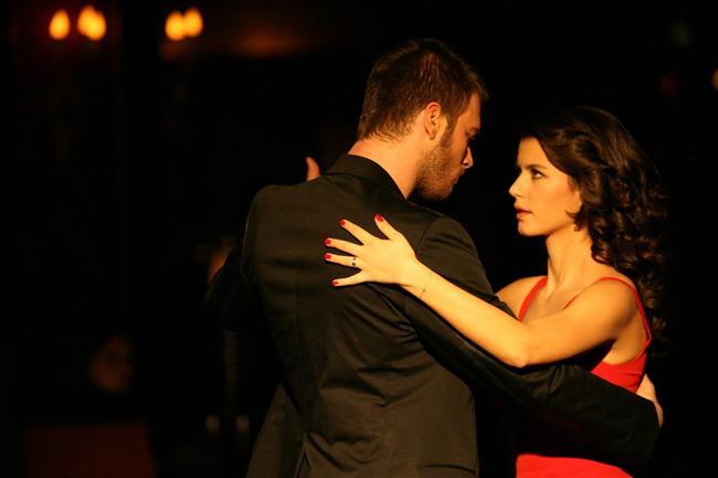 Tango  Anlamı: Özel ritimli, ağır bir dans türü.  Dizideki Anlamı: Evde otururken veya bir mekanda birden bire, zenginlik belirtisi olarak yapılan dans türü.