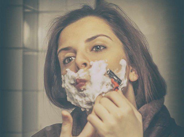 Aslında bunun ilk sebebi basit: İstenmeyen tüylerden kurtulmak.  Yüz tıraşı olan kadınların ilk sebeplerinden biri (ama daha ilginçleri de var tabii) istenmeyen tüyler. Ağda, ip gibi yöntemlerden oldukça sıkılan kadınlar yüzlerini de tıraş ediyorlar.