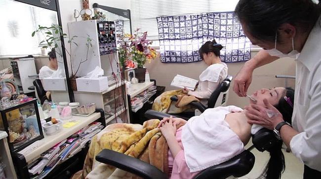 Japonya'nın birçok yerinde Kao Sori salonları kadınların hizmetinde.  Özel olarak bu hizmeti almak için yanıp tutuşan kadınlar, kendilerini hemen bir salona atıyor.