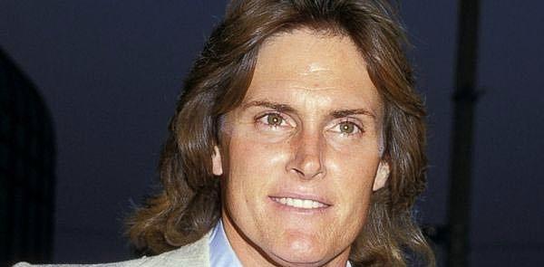 Gençliğinde oldukça yakışıklı olması da gözlerden kaçmıyor.  Başkalarının da gözünden kaçmamış olacak ki, 1981 yılında televizyon dizilerinde rol almaya başlamış.
