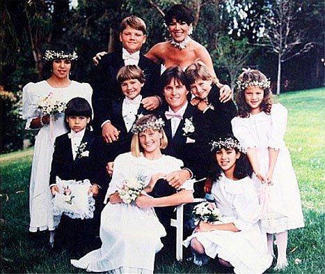 1991 yılında ise, Kim, Khloé ve Kourtney Kardashian'ın anneleri Kris'le evlenmiş.  Evlendiklerinde Kris'in 3 kendisinin de 4 çocuğu vardı. Hatta bu fotoğrafta hepsini görebilirsiniz (Kim Kardashian en sağda çömüyor). Daha sonradan bu aşkın meyveleri olarak Kylie ve Kendall Jenner'lar moda ve celebrity dünyasına gününü göstermek için dünyaya geldiler.