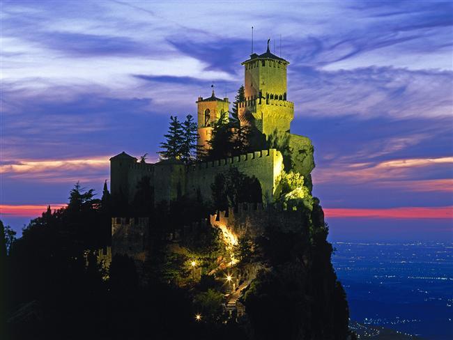 ÜRKÜTÜCÜ ŞATO  11'inci yüzyılda inşa edilen Guaita Kalesi, San Marino'nun en yüksek tepesi Titan Dağı'nda. Bulutların arasında büyüleyici bir manzaraya sahip olan bu kale, masallara aitmiş gibi görünse de işin aslı maalesef öyle değil. Uzun yıllar askerlerin meskeni oldu. Kalenin zindanları, 18'inci yüzyıldan 1970'lere kadar İtalya'nın en azılı mahkûmlarının yattığı bir hapishaneydi. Kale bugün müze olarak kullanılsa da, mahkûmların geçmişten gelen çığlıklarını duyduğunu iddia edenler hâlâ var...