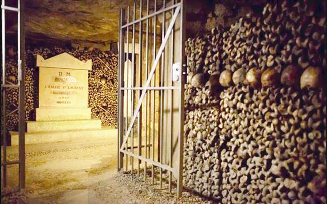 PARİS'İN VAMPİR, ZOMBİ DOLU MEZARLIĞI   Uzun koridorlar kafatasları ve kemiklerle 'döşenmiş'... Bunlar yetmezmiş gibi ortamda hava kuru ve çürük kokusu var... Paris'in altında 187 kilometrekarelik bir alana yayılan mezarlığın sadece küçük bir bölümü ulaşıma açık. Mezarlığın müdavimi devriye gezen hayalet polisler. Böyle bir yerde vampir ya da zombi olmaz mı? Söylencelere göre bol miktarda var.