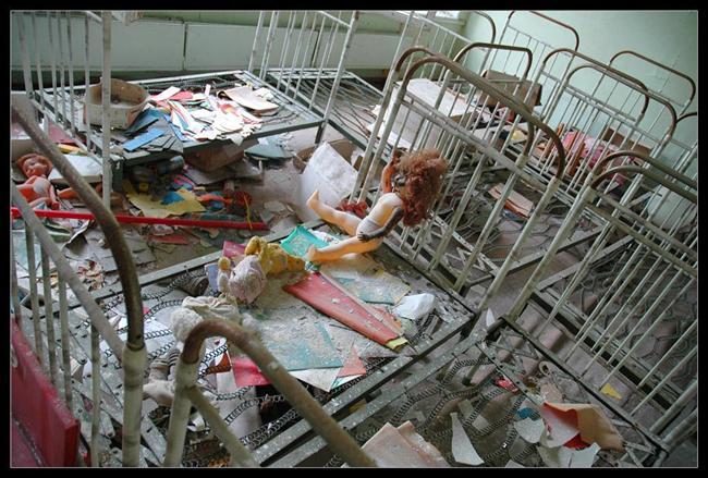 EN GERÇEK KORKU    Burası öyle ürkütücü ki hayalet, hortlak bile korkar, in-cin top oynamaya çekinir. Burada yaşananların hepsi gerçek ve halen bu gerçek ayan beyan ortada... Söz konusu yer Çernobil faciasından sonra binlerce insanın evlerini terk ettiği, bir zamanlar 49 bin kişinin yaşadığı Pripyat. Bir gecede terk edildiği için parklarda bırakılmış oyuncaklar, evlerde olduğu gibi bırakılmış eşyalar... Her şey olduğu gibi duruyor. Bu hayalet şehir, artık turistik gezilerin bir durağı...