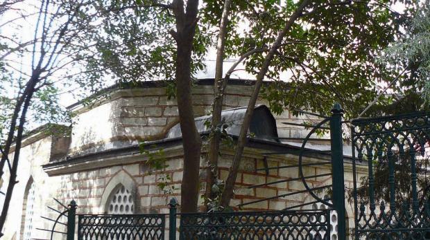 HAVAYA YÜKSELEN TABUT  İstanbul, Beyazıt'ta Kâtip Sinan Camii... Alametifarikası kubbesinin kenarında duran sanduka... Peki, neden orada? Söylendiğine göre, camiye adını veren, hayırsever Kâtip Sinan, ölümünün ardından caminin sağ tarafında bulunan mezara yerleştirildi. Ertesi sabah camiye gelenler, tabutun kubbenin kenarına geldiğini dehşet içinde fark etti. Bu olay üç gece aynı şekilde cereyan edince, bugünkü sanduka hazırlandı.