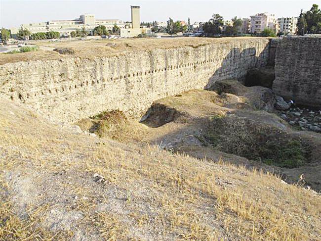 GİRENİN ÇIKAMADIĞI KARA DELİK  Tarsus Çayı'nın doğusunda bulunan Donuktaş iç ve dış hatları ile tam bir dikdörtgen. Kalın duvarlarının uzunluğu 115 metreyi buluyor. Donuktaş'ın Asur Kralı Asurbanipal'in mezarı olduğuna inanılıyor. Jüpiter Tapınağı diyenler de var. Dışarı ile hiçbir bağlantısı yok. Ana kütlenin hemen ortasında yer alan duvarın dibinde bir delik mevcut. Bu delik mağaramsı bir yere açılıyor. Söylenenlere göre, yörede evlenen çiftler bu delikten girip bir başka noktadan çıkıyormuş. Ama eskiler, yaklaşık 40 yıl önce oraya giren bir çiftin bir daha hiç çıkmadığını da anlatıyor.