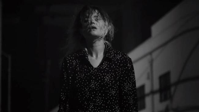 The Dead Weather – I Feel Love  5 yıldır merakla beklenen yeni The Dead Weather albümü, çıkar çıkmaz Billboard Top 10 listesinde en tepeye oturduysa, bu hiç kuşkusuz Alison Mosshart'ın karizmasıyla daha da kusursuz hale gelen albümün ilk single'ı I Feel Love (Every Million Miles) sayesinde. Çıkalı henüz 1 ay olan albüm, satış listelerindeki yerini korurken, biz de kendimizi bu single'a bırakabiliriz.