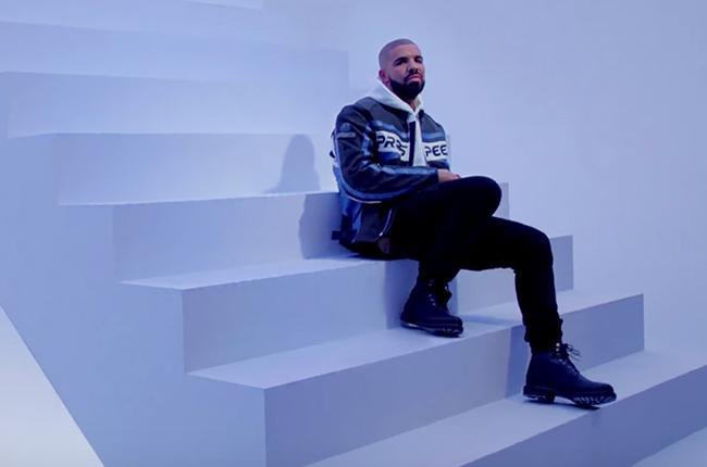 Drake – Hotline Bling  Drake'in müziği tarzınız olsun ya da olmasın, söz konusu şarkının video klibi mutlaka izlemeniz gerekenler arasında. Drake'in yaptığı dans internette yeni bir akım haline gelirken, müziğindeki değişim de kulaklarımıza ilaç gibi geliyor. Bize 90'lar hissi veren neon temalı klipte Drake'in giydiği 1150 $'lık kırmızı Moncler montun da saatler içerisinde tükendiğini belirtelim.