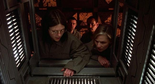 """Küp / Cube (1997)  IMDb: 7.3  Farklı sosyal gruplardan toplanıp bir küpün içerisine yerleştirilen insanların oraya nasıl geldikleri konusunda fikirleri yoktur. Oradan çıkabilmek için aklını kullanmalarını gerekecektir, yanlış bir tercihleri ölümlerine sebep olacaktır.  Bir izleyici yorumu: """"Özgün konusu ve basit gerilimiyle bilimkurgu sinemasının iyi örneklerinden bir film."""" / steinbeck"""