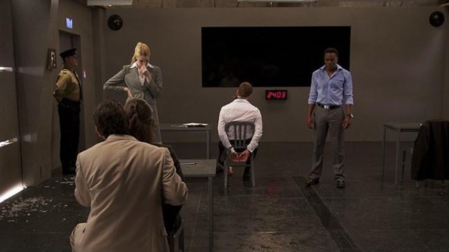 """Sınav / Exam (2009)  IMDb: 6.9  Gizemli ve güçlü bir şirket kaliteli bir eleman arar ve en iyisini işe almak için mükemmel bir sınav hazırlar. Katılımcılar bir odaya sokulur ve kendilerine bir kağıt ve kalem verilir. Yönetici, sınav katılımcılarına kuralları anlattıktan sonra tek bir soru olduğunu ve doğru cevabı verenin işe kabul edileceğini söyleyip dışarı çıkar. Ama sorun şudur ki ortada cevap verilecek bir soru yoktur. Asıl soru budur belki de! Filmi izlerken adeta karakterlerle birlikte siz de bir sınava tabi tutuluyorsunuz.  Bir izleyici yorumu: """"Tek bir mekan, tek bir soru, tek bir cevap, 10 oyuncu, düşündüren, etkileyici, gerilimi yerinde, sıkılmadan izlenecek bir film."""" / fenomen1976"""