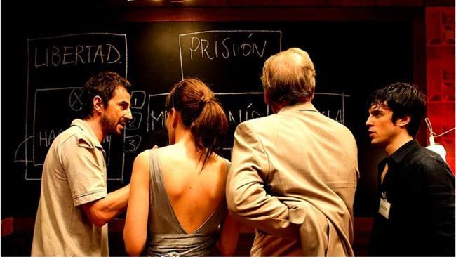 """Kapan / Fermat's Room (2007)  IMDb: 6.7  Birbirini hiç tanımayan dört matematikçi, gizemli biri tarafından büyük bir bulmacayı çözmeleri için davet edilir. Kendilerine yöneltilen soruları zamanında ve doğru olarak çözemezlerse, içinde bulundukları oda bir anda ölüm tuzağına dönüşecektir. Bunun yanı sıra çözmeleri gereken en önemli problem ise, kendilerini buraya getiren sebep ve aralarındaki ilişki olacaktır. Akıl yürütmek benim işim diyorsanız film derhal izlenmeyi bekler.  Bir izleyici yorumu: """"Gerçekten iyi filmdi. Çok popüler bir film haline gelmedi hiç bir zaman, gözden kaçmış olabilir. Kaçırmışsanız eğer, benden söylemesi, heyecanla izlenebilecek bir film."""" / melancolic"""