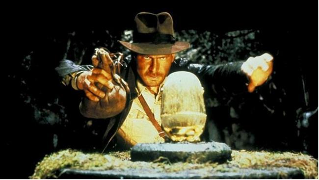 """Indiana Jones serisi (1981) (1984) (1989) (2008)  IMDb: 8.6 / 7.6 / 8.3 / 6.2  Arkeolog Indiana Jones'un akılalmaz maceralarını defalarca izlesek de sıkılmak mümkün değil. Bir akşam seriyi baştan sonra yeniden izleyebilirsiniz.  Bir izleyici yorumu: """"Bu filmi izledikten sonra arkeolog olmaya karar vermiştim.Film o derece eğlenceli zevkli ve macera dolu"""" / Rossch"""