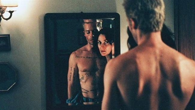 """Akıl Defteri / Memento (2000)  IMDb: 8.5  Hayatını karısına tecavüz edip öldüren kişiyi bulmaya adayan bir adam. Çözmesi zor bir bulmacayı hafıza kaybınız olmasına rağmen çözebilir miydiniz? Christopher Nolan'ın tam anlamıyla parlamasını sağladığı akıl dolu bir film.  Bir izleyici yorumu: """"Yönetmenlik dehası! İpuçlarına seyirciye öyle güzel veriyor ki bir müddet konuyu toparlamakta zorlanıyorsunuz"""" / Molar34"""