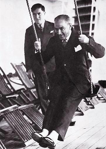 Mustafa Kemal Atatürk, gemi güvertesinde salıncakta sallanırken... 1930'lu yıllar.