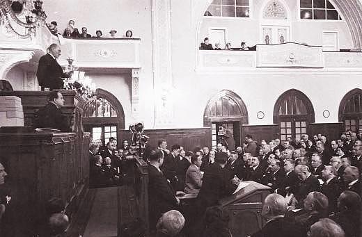 Cumhurbaşkanı M. Kemal Atatürk, TBMM kürsüsünde konuşurken.